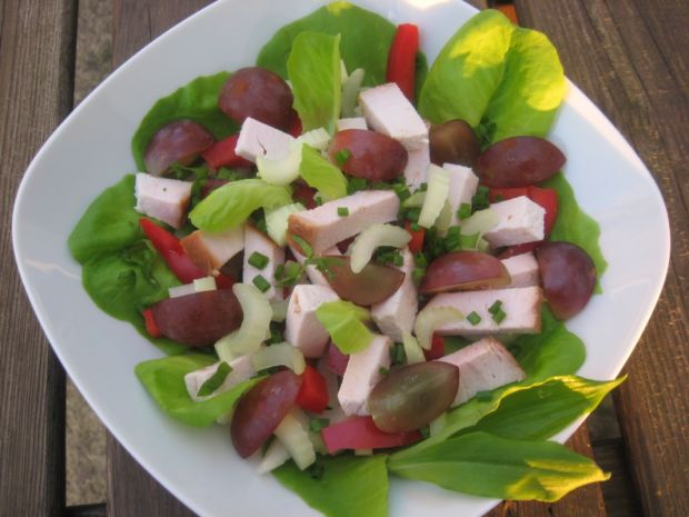 Sałata z pieczonym filetem z kurczaka i winogronam