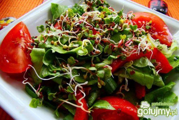 Sałata z pomidorami i kiełkami