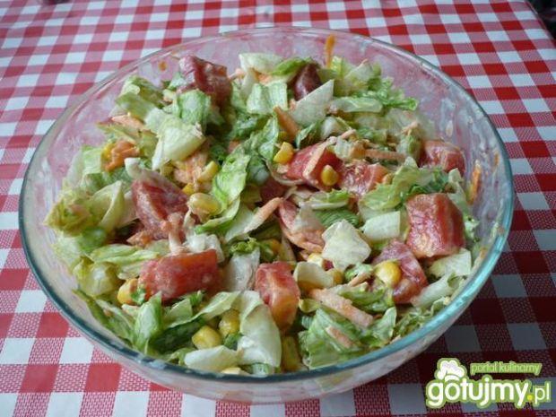 Sałata z pomidorami i kukurydzą.