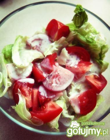 Sałata z pomidorem i sosem czosnkowo-zio