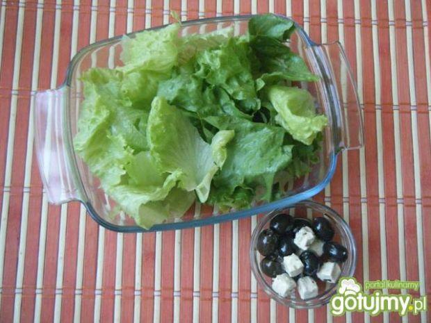 Sałata z serem, truskawkami i oliwkami
