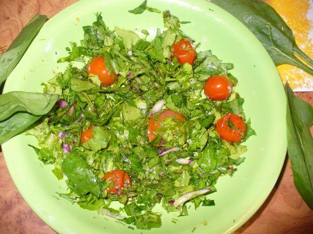 Sałata ze szpinakiem i pomidorkami koktajlowymi
