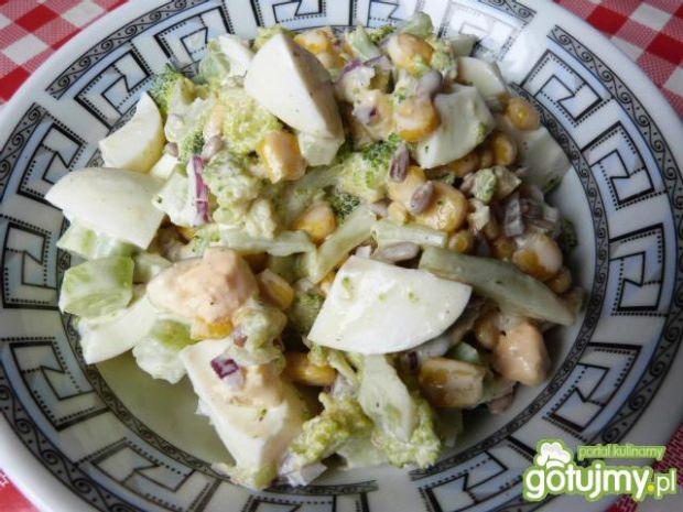 Sałatka brokułowa w sosie musztardowym