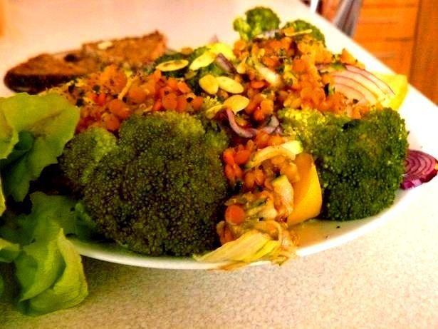 Sałatka brokułowa z czerwoną soczewicą