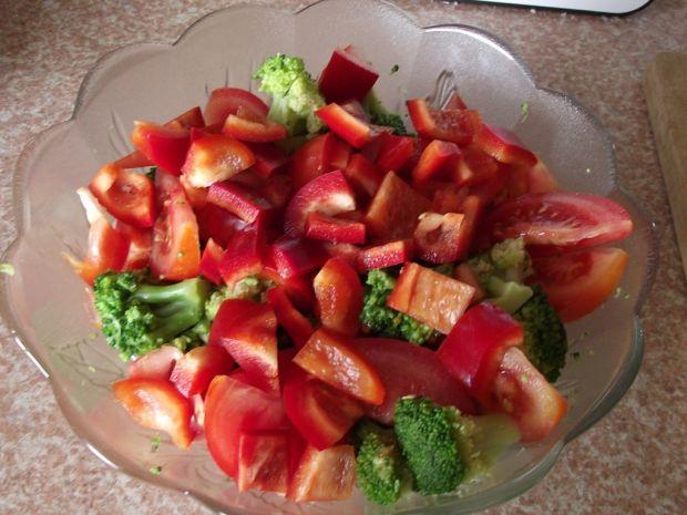 Sałatka brokułowa z fetą i czarnuszką