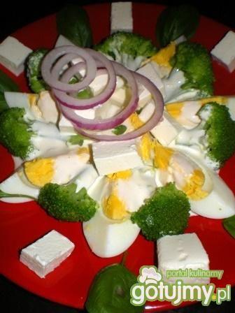 Sałatka brokułowa z fetą i jajkiem