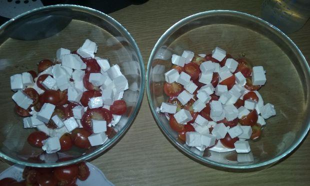 Sałatka brokułowa z feta i pomidorkami koktajlowym