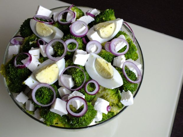 Sałatka brokułowa z fetą i sosem czosnkowym
