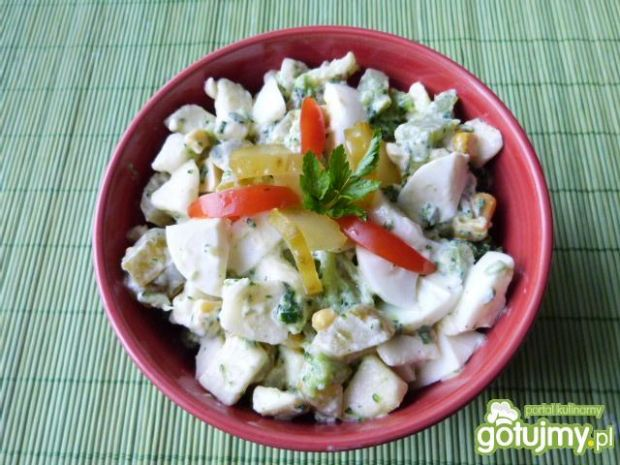 Sałatka brokułowa z jajkami i kukurydzą