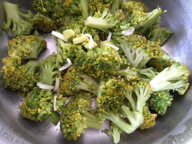 Sałatka brokułowa z jajkiem i rzodkiewką