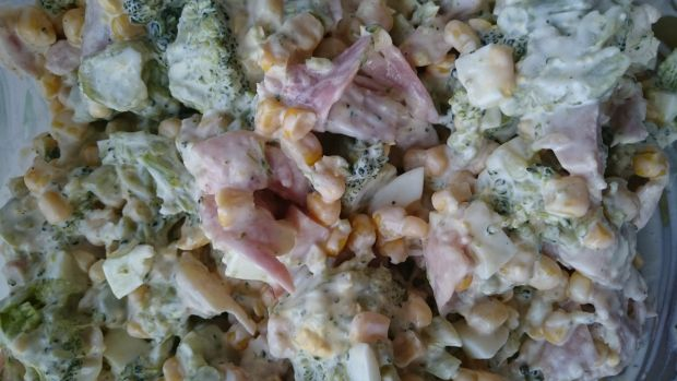 Sałatka brokułowa z jajkiem i wędzonym kurczakiem
