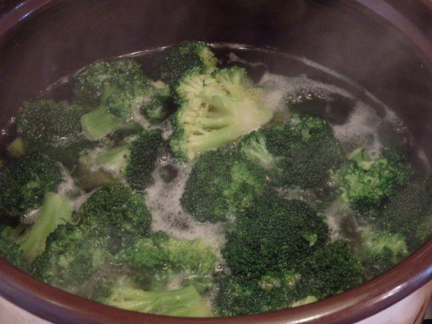 Sałatka brokułowa z kurczakiem i fetą