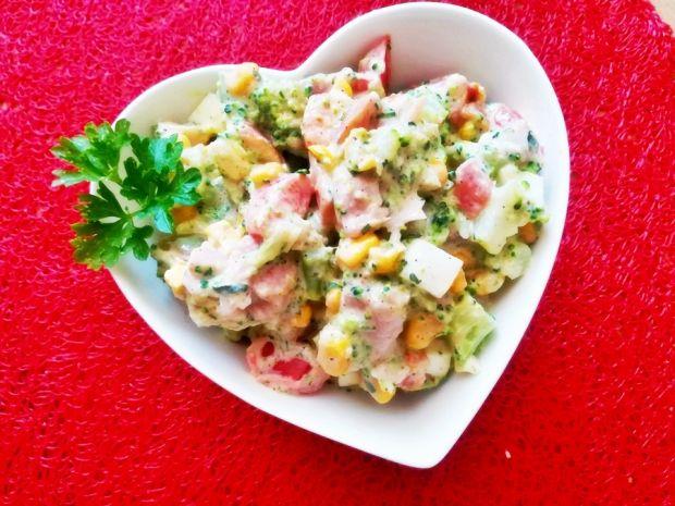 Sałatka brokułowa z kurczakiem i sosem czosnkowym