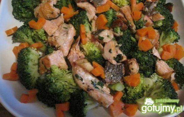 Sałatka brokułowa z łososiem wg Joli