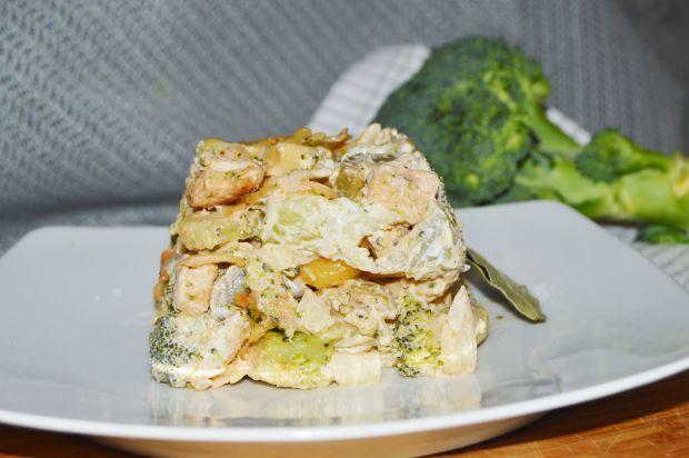 Sałatka brokułowa z makaronem,kurczakiem iogórkami