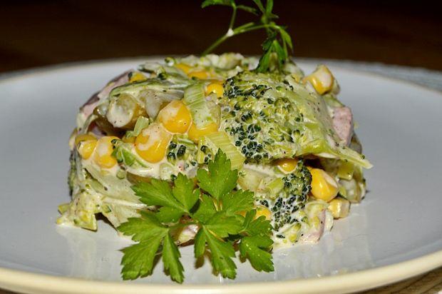 Sałatka brokułowa z porem, kukurydzą i szynką