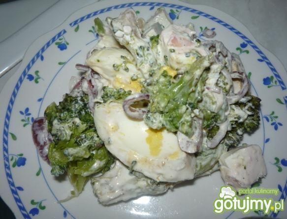 Sałatka brokułowa z serem fetą warstwowa
