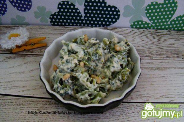 Sałatka brokułowa z sosem serowym z fety