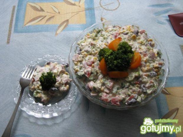 sałatka brokułowa z sosem tzatziki