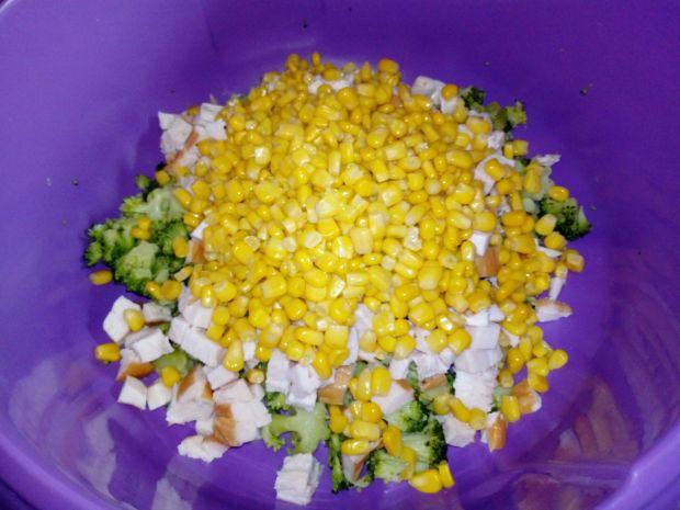 Sałatka brokułowa z wędzonym kurczakiem