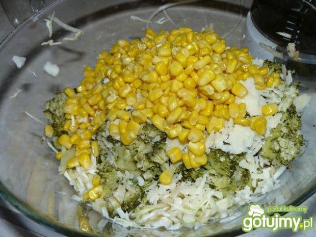 Sałatka brokułowo - serowa.