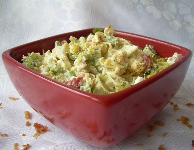 Sałatka brokułowo-serowa z prażoną cebulką