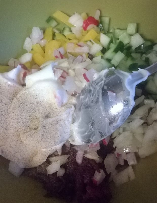 Sałatka buraczkowa z ogórkiem, papryką, rzodkiewką