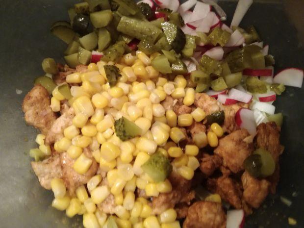 Sałatka curry z kurczakiem i rzodkiewką