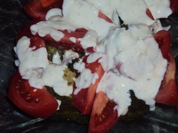 Sałatka czosnkowa z brokułem i pomidorem