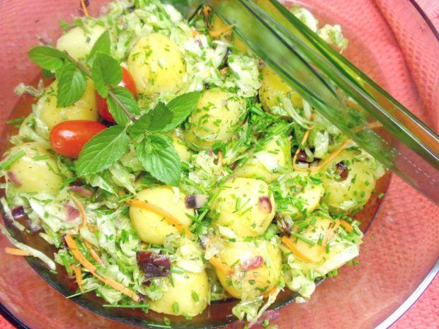 Sałatka do grilla z białej kapusty z ziemniakami