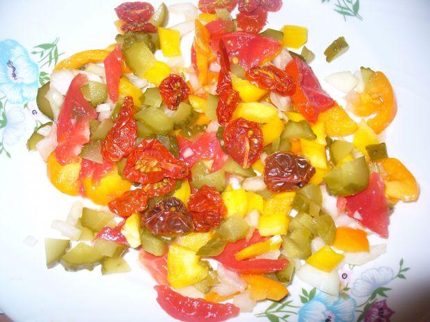 Salatka  doobiadu z pomidorem i ogórkiem kiszonym