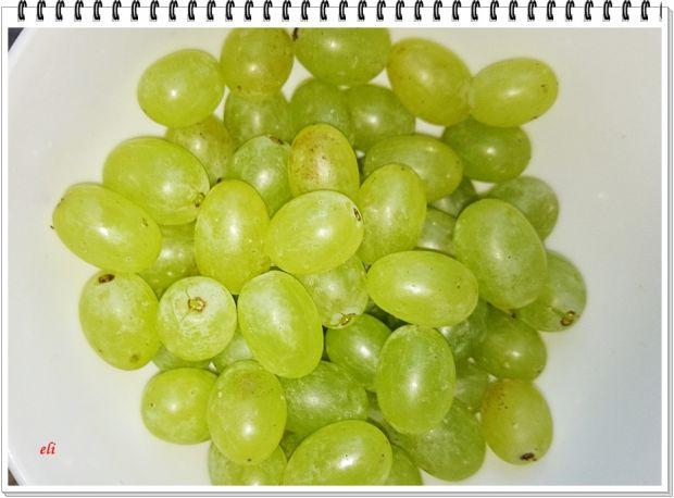 Sałatka Eli z orzechami i winogronami