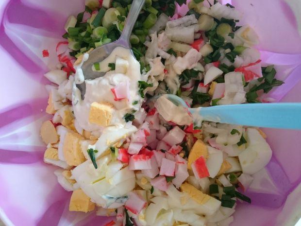 Sałatka jajeczna z paluszkami surimi