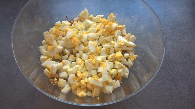 Sałatka jajeczna z wędzonym pstrągiem