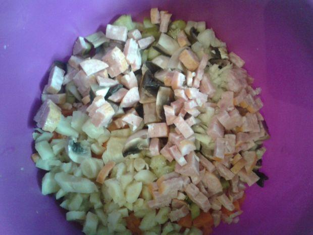 Sałatka jarzynowa z gotowanymi pieczarkami