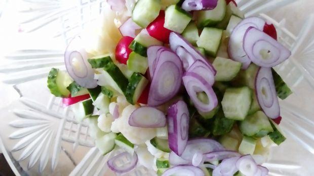 Sałatka kalafiorowa z pesto rzodkiewkowym
