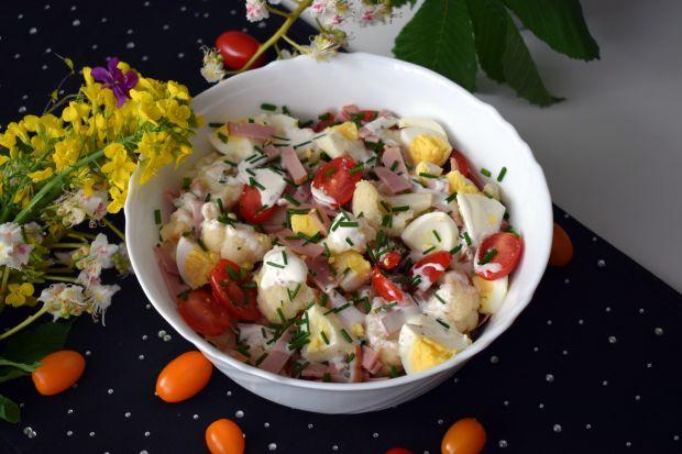 Sałatka kalafiorowa z szynką i pomidorkami