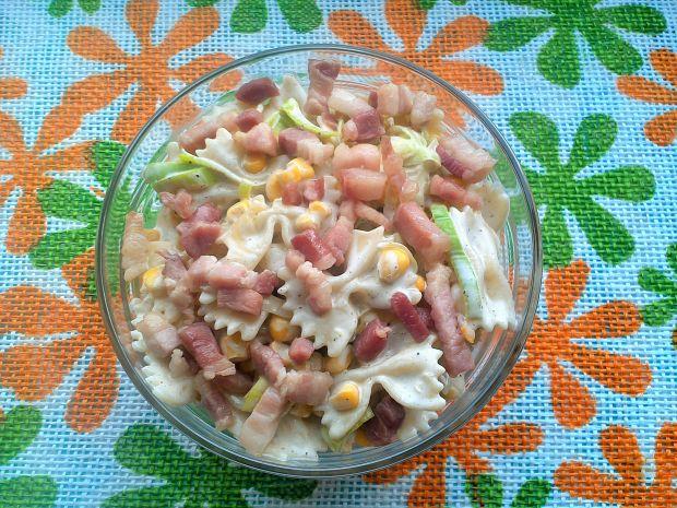 Sałatka makaronowa z boczkiem, kukurydzą i porem