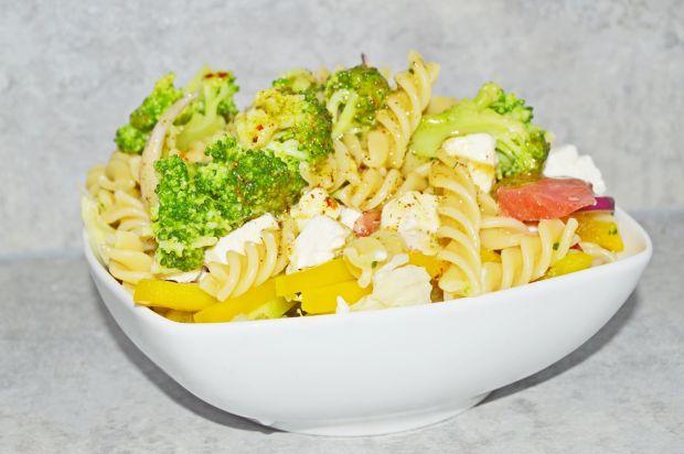 Sałatka makaronowa z brokułami i fetą