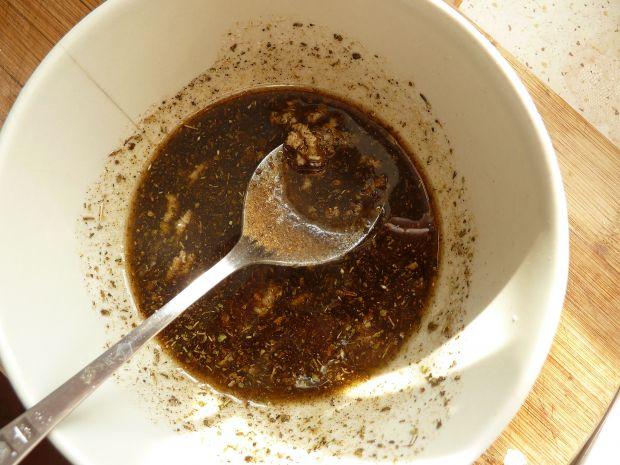 Sałatka makaronowa z cukinią, mozarellą i oliwkami