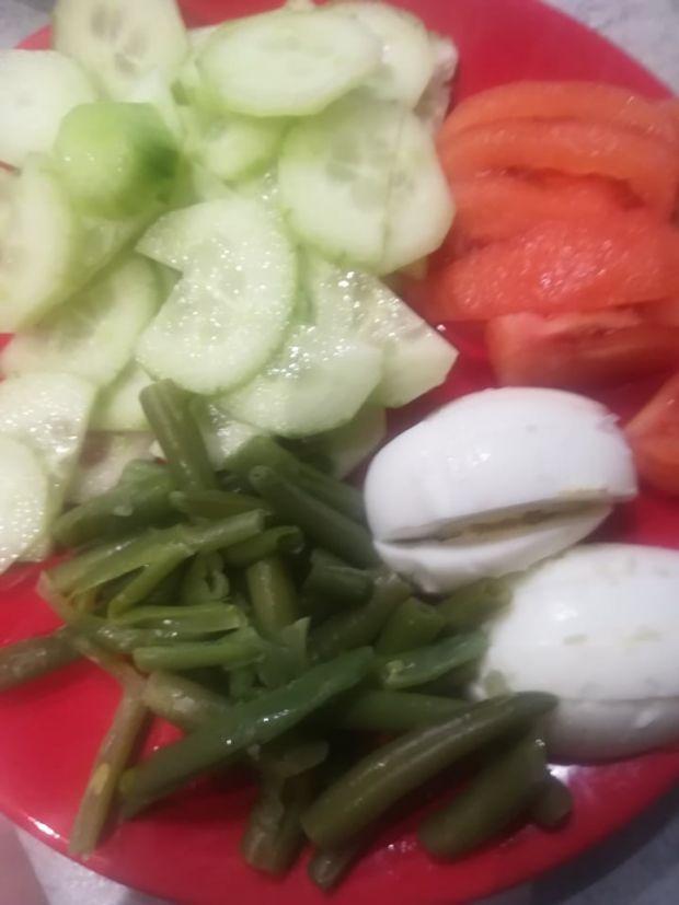Sałatka makaronowa z jajkiem,fetą i groszkiem ptyś
