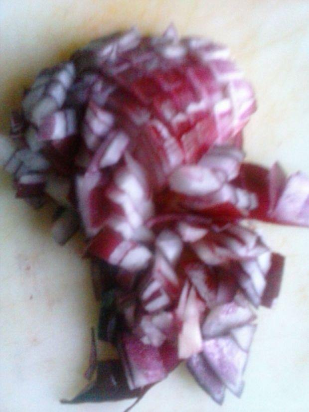 Sałatka makaronowa z kabanosami, czerwoną papryką