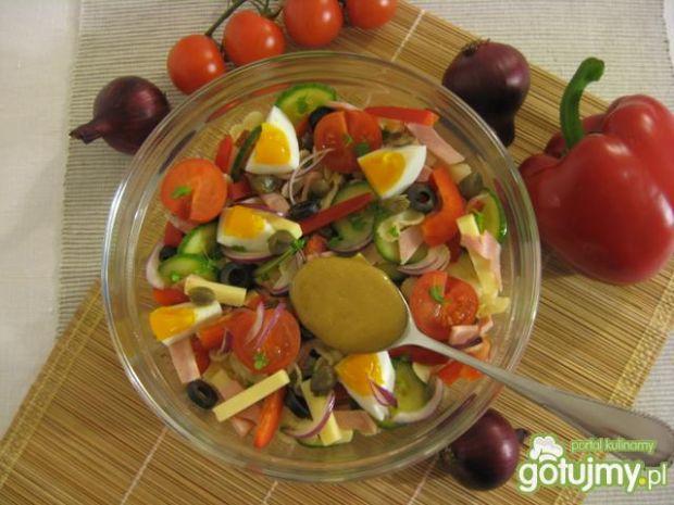 Sałatka makaronowa z kaparami i oliwkami