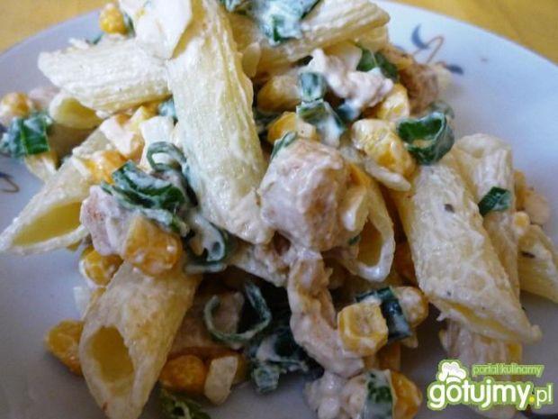 Sałatka makaronowa z kukurydzą