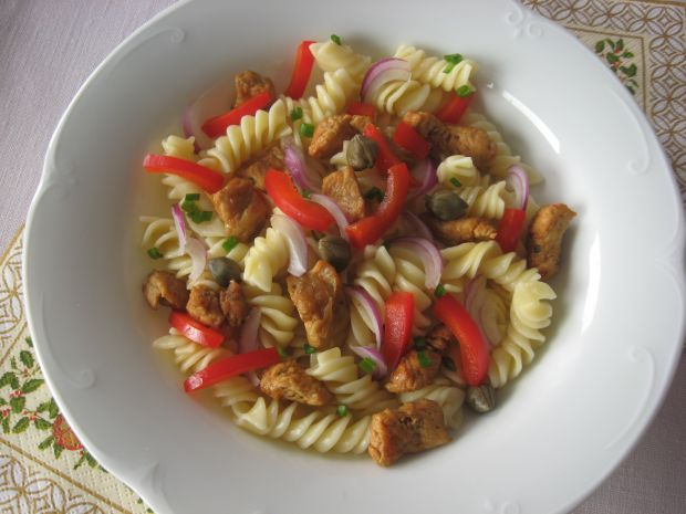 Sałatka makaronowa z kurczakiem i kaparami