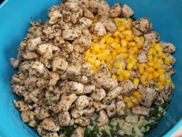 Sałatka makaronowa z kurczakiem i pieczarkami