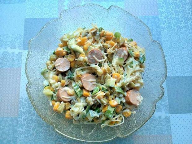 Sałatka makaronowa z ogórkami, kukurydzą, parówką