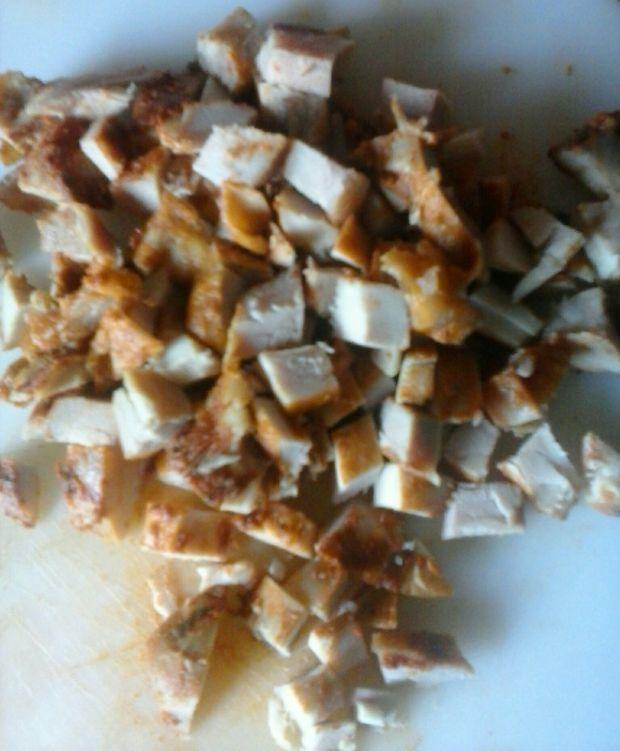 Sałatka makaronowa z pieczonym mięsem