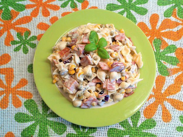 Sałatka makaronowa z salami, kukurydzą i groszkiem