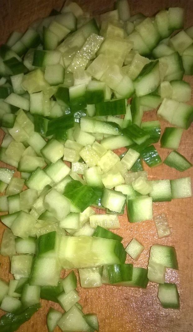 Sałatka makaronowa z salami, ogórkiem, rzodkiewką